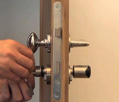 Cách sửa Khóa cửa bị kẹt đơn giản 3
