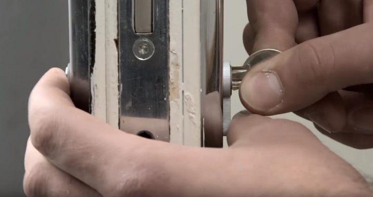 Cách sửa Khóa cửa bị kẹt đơn giản 4